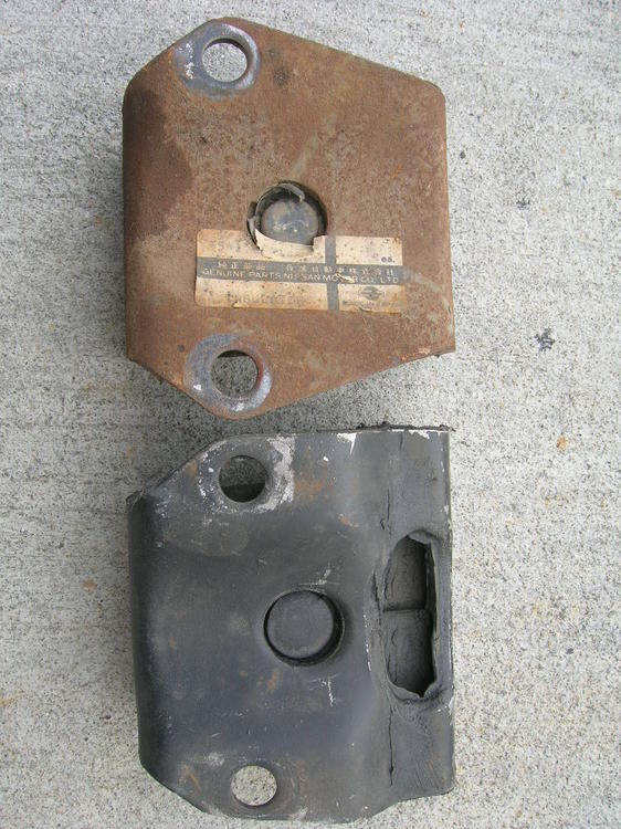 S30 Differential - Front Mount Insulators - OE - 240Z early vs late - top.jpg
