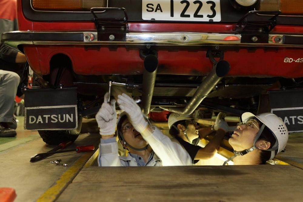 nissan-restoration-club-safari-rally-z-members-examine-undercarriage.jpg